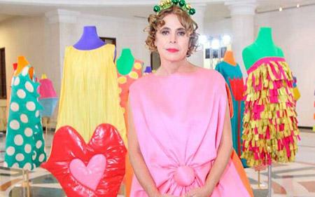Agatha Ruiz de la Prada junto a su diseños