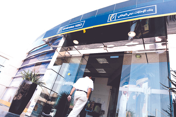 Fachada de sucursal de Emirates NBD bank.