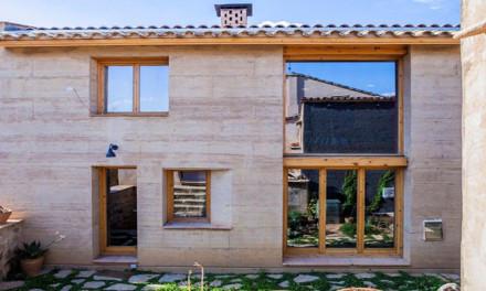 Casa de tierra compactada reduce a la mitad las emisiones de CO2