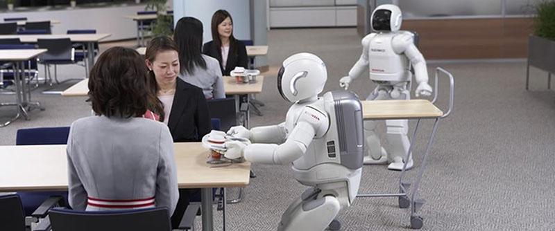 Robots y humanos en salón