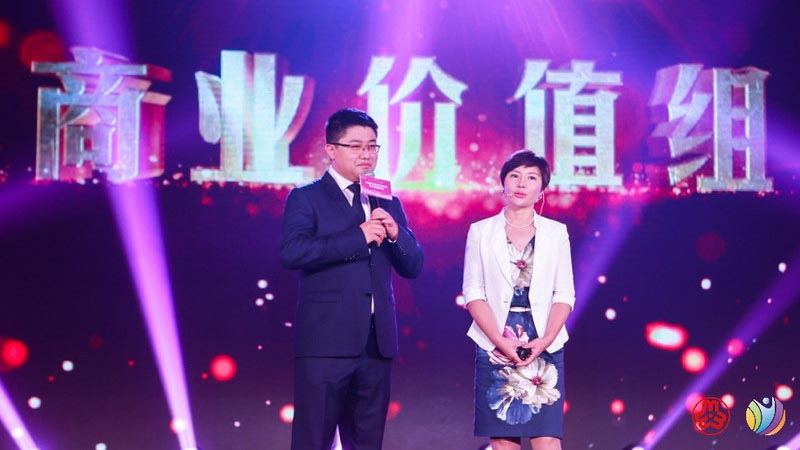 Ms. Xueli LI, Project Leader of THEKEY, ganó el título de La mujer empresaria más destacada en China en 2017 presentada por All-China Women's Federation (PRNewsfoto/THEKEY)