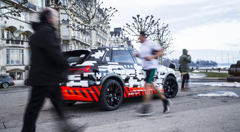 The Audi e-tron-prototype en Geneva en publico