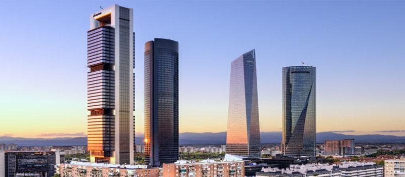 Madrid, España, rascacielos en el distrito financiero al atardecer. Madrid, Spain financial district skyline at dusk.