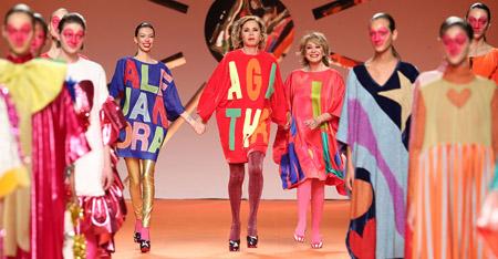 La diseñadora Agatha Ruiz De la Prada con Mila Ximenez y Alejandra Rubio en la pasarela