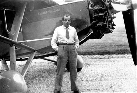 Antoine de Saint Exupery frente al avión, El Intransigente.
