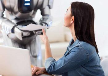 Chica recibe nota de un robot