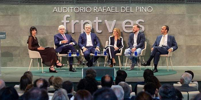 Dialogo en el auditorio de la Fundación Rafaél del Pino con los ponentes invitados.