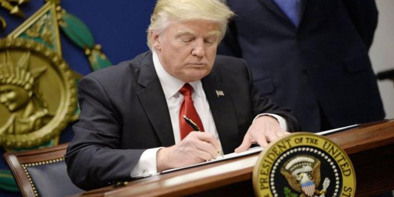 donald-trump-firmando