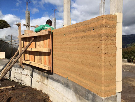 Obra en construcción en pared lateral.