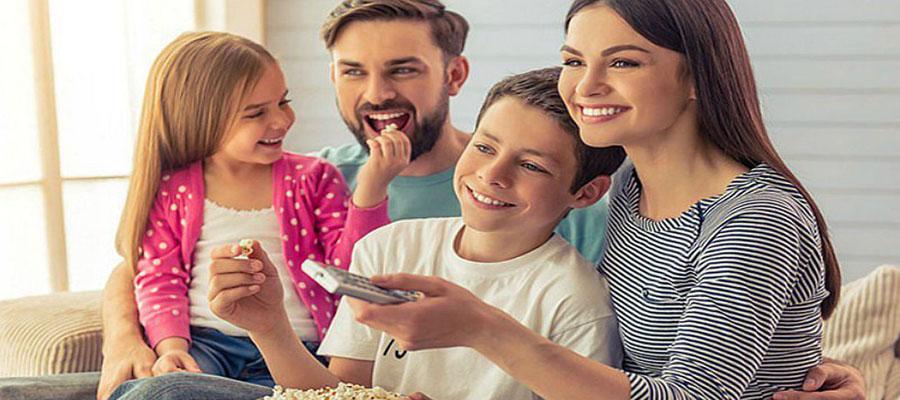 Familia disfrutando junta en casa