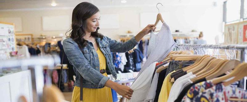 ir-de-compras-mujer-mirando-ropa