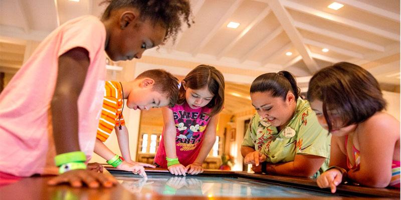 Jugando en grupo en la pantalla de mesa