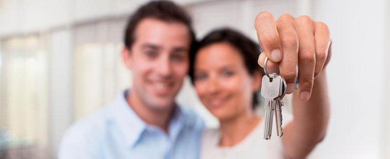 Pareja feliz con su llave en mano!
