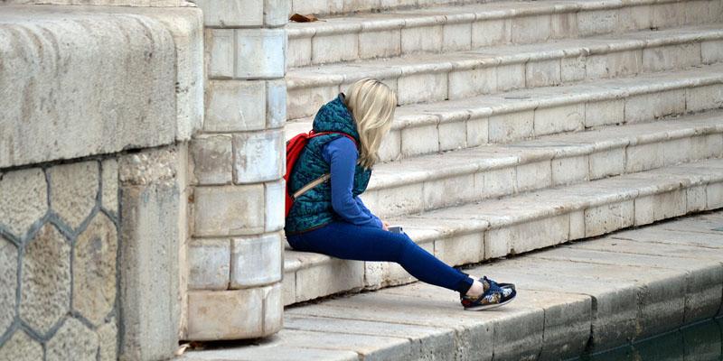 soledad en la escalera