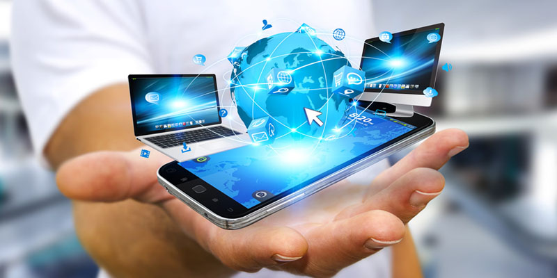 Ejecutivo conectando tecnología