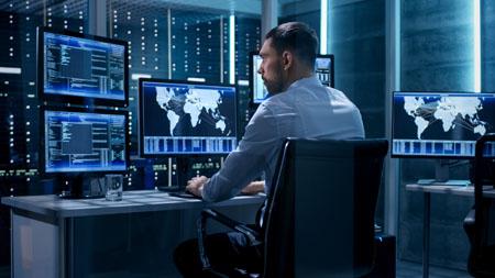 Controlador tecnico trabajando en su estación.